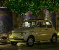 Keramikfliesen ummauern mit altem Fiats-Auto in Küste Italien Sorrents Amalfi Stockbilder