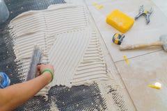 Keramikfliesen und Werkzeuge für Dachdecker Bodenflieseinstallation Heimwerken, Erneuerung lizenzfreies stockbild