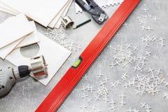 Keramikfliesen und Werkzeuge für Dachdecker, Flieseninstallation Heimwerken, Erneuerung - keramischer Fliesenbodenkleber lizenzfreies stockbild