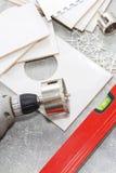Keramikfliesen und Werkzeuge für Dachdecker, Flieseninstallation Heimwerken, Erneuerung - keramischer Fliesenbodenkleber lizenzfreies stockfoto