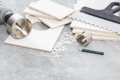 Keramikfliesen und Werkzeuge für Dachdecker, Flieseninstallation Heimwerken, Erneuerung - keramischer Fliesenbodenkleber lizenzfreie stockbilder