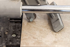 Keramikfliesen und Werkzeuge für Dachdecker Bodenflieseinstallation Hom Lizenzfreies Stockbild