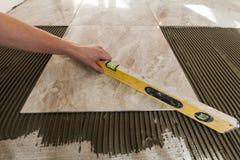 Keramikfliesen und Werkzeuge für Dachdecker Bodenflieseinstallation Hom Lizenzfreie Stockfotos