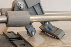 Keramikfliesen und Werkzeuge für Dachdecker Bodenflieseinstallation Hom Stockfoto