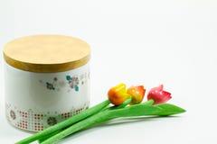 Keramikglas mit den Blumen lokalisiert auf weißem Hintergrund Stockfotos