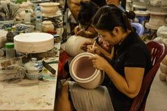 Keramikmålning i slagträet Trang, Vietnam Arkivbilder