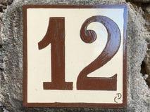 Keramikziegel mit Nr. zwölf 12 Stockfotos