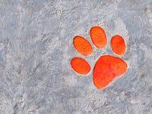 Keramische Dekoration der orange Tatze auf Fußweg Lizenzfreies Stockbild
