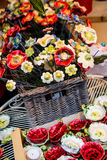 Keramische dekorative Blumen im Weidenkorb Stockfotos