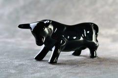 Keramische Figürchen des schwarzen Stiers Lizenzfreie Stockfotografie