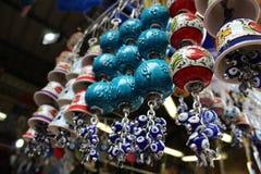 Keramische Glocken und blaue Augen Amulette Stockfoto