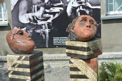 Keramische Köpfe der Abstraktion auf Lehmziegelsteinen geben Vertrauen im Next day Stockfotos