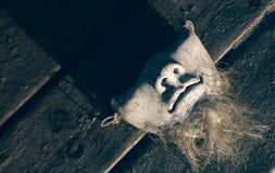 Keramische Maske auf dem hölzernen Hintergrund Lizenzfreies Stockbild