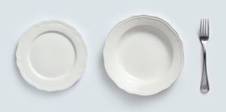 Keramische Platten u. Tischbesteck Stockfotos
