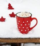 Keramische rote Schale mit weißen Tupfen mit heißer Schokolade und Eibischen lizenzfreie stockfotos