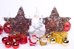 Keramische Sankt-Abbildung mit Weihnachtsverzierungen Lizenzfreie Stockfotografie