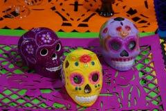 Keramische Schädel für den Tag des toten Festivals in Mexiko Stockbilder