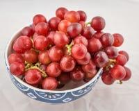 Keramische Schüssel frische rote Trauben Stockfotos