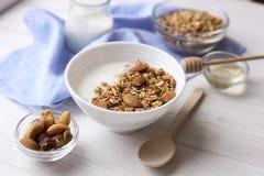 Keramische Schüssel griechischer Jogurt und Mischnüsse Selbst gemachtes Frühstück der nahrhaften vegetarischen proteinreichen Diä Stockfoto