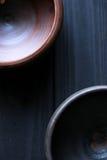 Keramische Schüsseln auf hölzernem Hintergrund Stockbilder