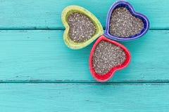Keramische Schüsseln der Herzform mit Chia-Samen lizenzfreies stockfoto