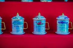 Keramische Schüsseln des schönen traditionellen thailändischen fünf-farbigen Porzellans Benjarong-Porzellan für Verkauf in der Fl Lizenzfreies Stockfoto