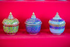 Keramische Schüsseln des schönen traditionellen thailändischen fünf-farbigen Porzellans Benjarong-Porzellan für Verkauf in der Fl Lizenzfreies Stockbild