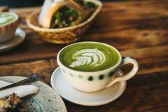 Keramische Schale der Nahaufnahme mit grünem Tee nannte Matcha Stockfotografie