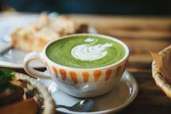 Keramische Schale der Nahaufnahme mit grünem Tee nannte Matcha Lizenzfreie Stockfotos