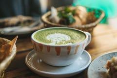 Keramische Schale der Nahaufnahme mit grünem Tee nannte Matcha Lizenzfreies Stockfoto