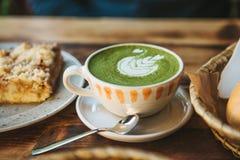 Keramische Schale der Nahaufnahme mit grünem Tee nannte Matcha Stockbilder