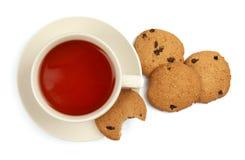 Keramische Schale heißer aromatischer Tee und geschmackvolle Plätzchen auf weißem Hintergrund Lizenzfreie Stockbilder