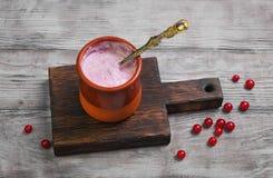Keramische Schale mit selbst gemachtem Beerenjoghurt Lizenzfreie Stockfotografie