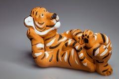 Keramische Statue eines Tigerlügens Stockbild