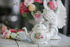 keramische Teekanne, Ñ- oben, Rosen Stockfotografie