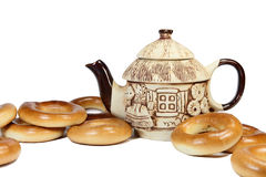 Keramische Teekanne mit Brotringen Lizenzfreie Stockfotos