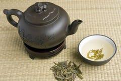 Keramische Teekanne mit grünem Tee Stockbild