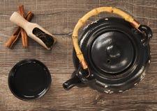 Keramische Teekanne und eine Schüssel Heißwasser für Tee, Draufsicht stockbild
