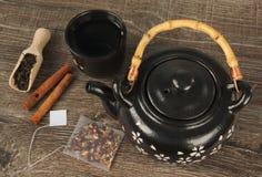 Keramische Teekanne und eine Schüssel Heißwasser für Tee, Draufsicht lizenzfreies stockfoto