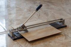 Keramische tegels en hulpmiddelen voor tegelzetter De installatie van vloertegels Hom Stock Afbeeldingen