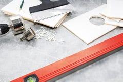 Keramische tegels en hulpmiddelen voor tegelzetter, tegelsinstallatie Het huisverbetering, vernieuwing - de kleefstof van de kera stock fotografie