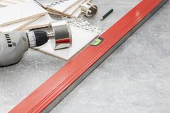 Keramische tegels en hulpmiddelen voor tegelzetter, tegelsinstallatie Het huisverbetering, vernieuwing - de kleefstof van de kera royalty-vrije stock foto