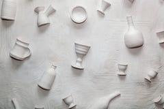 Keramische Teller des Hintergrundes auf der Wand Lizenzfreie Stockfotos