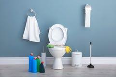Keramische Toilettenschüssel, Flaschen des Reinigungsmittels Stockbilder
