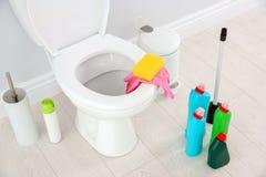 Keramische Toilettenschüssel, Flaschen des Reinigungsmittels Stockfoto