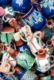 Keramische Vasen des traditionellen Blumenmusters stockbilder