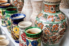 Keramische Vasen des traditionellen Blumenmusters Stockfotos