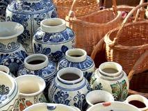 Keramische Vasen und Weidekorb Stockbild