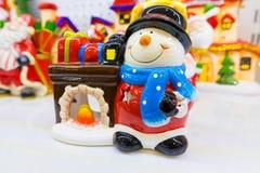 Keramische Weihnachtslaterne mit Schneemann und Kamin Stockbild