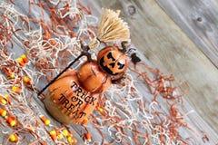 Keramische Zahl des furchtsamen großen orange Kürbises auf gealtertem Holz Lizenzfreie Stockbilder